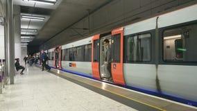 Mensen die een trein verlaten Stock Foto's
