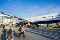 Mensen die een vliegtuig inschepen royalty-vrije stock afbeelding