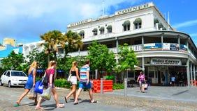 Mensen die een weg in Steenhopen Queensland Australië kruisen royalty-vrije stock afbeelding