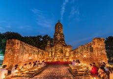 Mensen die eerbied bidden aan monnik op Ayutthaya stock afbeelding