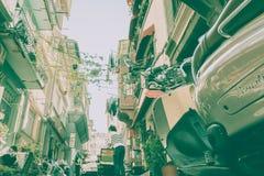 mensen die en Balat-straat in Istanboel, Turkije lopen onderzoeken royalty-vrije stock afbeeldingen