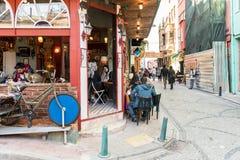 mensen die en Balat-straat in Istanboel, Turkije lopen onderzoeken stock afbeelding