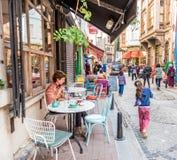 mensen die en Balat-straat in Istanboel, Turkije lopen onderzoeken royalty-vrije stock fotografie
