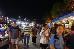 Mensen die en bij de nachtmarkt lopen winkelen Stock Foto's