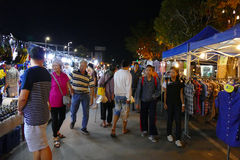 Mensen die en bij de nachtmarkt lopen winkelen Stock Afbeeldingen