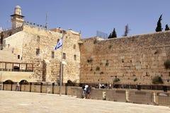 Mensen die en bij de Westelijke Muur in Jeruzalem bezoeken de bidden, zijn stock fotografie