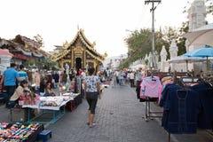 Mensen die en bij Zondag het lopen straat lopen winkelen Royalty-vrije Stock Afbeeldingen