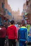 Mensen die en in de oude straat van Tiznit, Marokko lopen winkelen Royalty-vrije Stock Fotografie