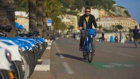 Mensen die en fietsen langs speciale sporen in werking stellen berijden op het lopen promenade stock video