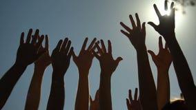 Mensen die en handen opheffen schudden, stemmend voor democratie, die campagne aanmelden zich stock video