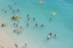 Mensen die en in het duidelijke blauwe overzees genieten van zwemmen Stock Fotografie