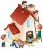 Mensen die en het huis bouwen schilderen Stock Foto's