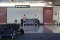 Mensen die en in luchthaven werken lezen Royalty-vrije Stock Fotografie