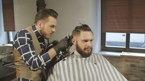 Mensen die en met haarclipper hairstyling haircutting in een van het kapperswinkel of haar salon stock videobeelden
