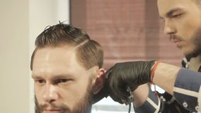 Mensen die en met haarclipper hairstyling haircutting in een van het kapperswinkel of haar salon stock footage