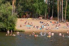 Mensen die en in Moskva-rivierstrand in Serebrya zwemmen zonnebaden Stock Foto