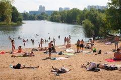 Mensen die en in Moskva-rivierstrand zwemmen ontspannen Stock Foto