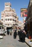 Mensen die en op de markt van oude Sana lopen kopen Stock Foto