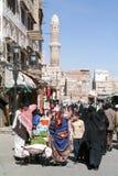 Mensen die en op de markt van oude Sana lopen kopen Stock Fotografie