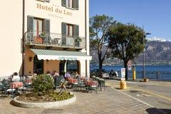 Mensen die en op een restaurant van Menaggio, Italië eten drinken Stock Foto's
