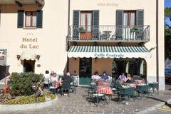 Mensen die en op een restaurant van Menaggio, Italië eten drinken Royalty-vrije Stock Foto's