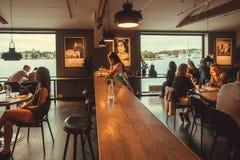 Mensen die en voedsel binnen restaurant van het culturele centrum Fotografiska drinken eten Stock Fotografie