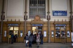Mensen die en voor kaartjestellers een rij vormen wachten in het station van Nyugati Palyaudvar om treinkaartjes te kopen royalty-vrije stock foto's