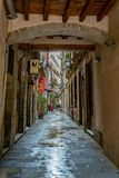 Mensen die en zich binnen een steeg op een gebied van zowel woon als commerciële eigendommen in Barcelona bevinden spreken stock fotografie