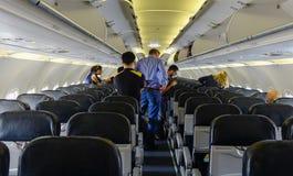 Mensen die en zich in een vliegtuig bevinden zitten royalty-vrije stock foto's