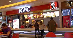 Mensen die Fast-Food van Kentucky Fried Chicken Restaurant eten stock videobeelden