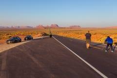 Mensen die foto op Forrest Gump Point nemen bij Weg 163 van de V.S. naar het Stammenpark van Navajo van de Monumentenvallei Stock Foto's