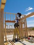 Mensen die Frame voor Huis bouwen - Verticaal Royalty-vrije Stock Fotografie