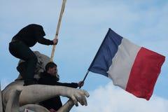 Mensen die Franse vlag op standbeeld, Parijs golven Royalty-vrije Stock Foto