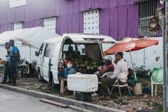 Mensen die fruit verkopen bij een straatmarkt in Bridgetown, Barbados royalty-vrije stock foto