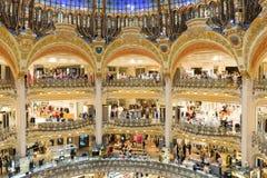 Mensen die in galeries van luxelafayette van Parijs, Frankrijk winkelen stock foto's