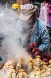 Mensen die gekookt graan verkopen Stock Foto