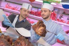 Mensen die gekookt vlees dienen stock afbeelding