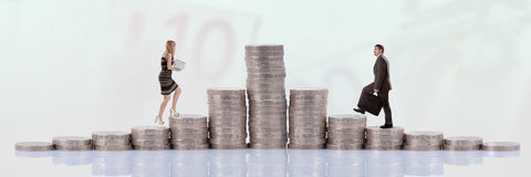 Mensen die geld beklimmen Stock Fotografie