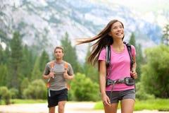 Mensen die - gelukkige wandelaars in Yosemite-bergen wandelen Stock Foto's