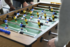 Mensen die Genietend van het het Voetbalspel van de Voetballijst van de Recreatie Le spelen stock fotografie