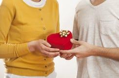Mensen die gift in doos geven Royalty-vrije Stock Afbeeldingen