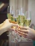 Mensen die glazen champagne houden die een toost maken Stock Foto