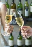 Mensen die glazen champagne houden die een toost maken Stock Afbeeldingen
