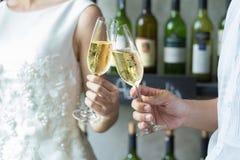 Mensen die glazen champagne houden die een toost maken Royalty-vrije Stock Fotografie