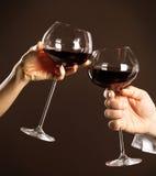 Mensen die glazen rode wijn houden Stock Afbeeldingen