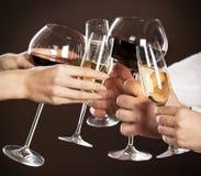 Mensen die glazen witte wijn houden Stock Afbeeldingen