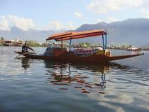 Mensen die goederen verkopen bij dal meer, Kashmir in India Stock Fotografie