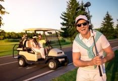 Mensen die golf spelen stock afbeelding