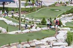 Mensen die golf spelen Stock Foto's