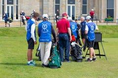 Mensen die golf spelen bij beroemde golfcursus St Andrews, Schotland Stock Afbeeldingen